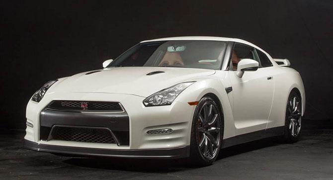 Белый купе Nissan GT-R 2014 вид спереди
