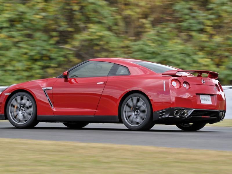 Красный купе Nissan GT-R 2014 вид сбоку