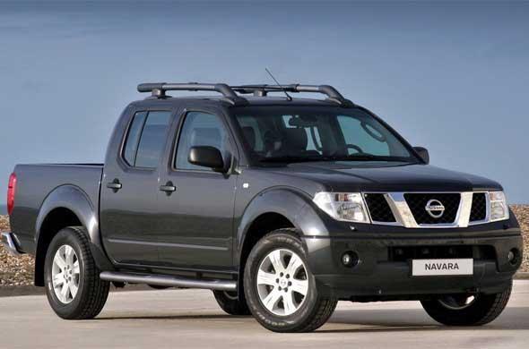 Черный пикап Nissan Navara 2014 вид сбоку