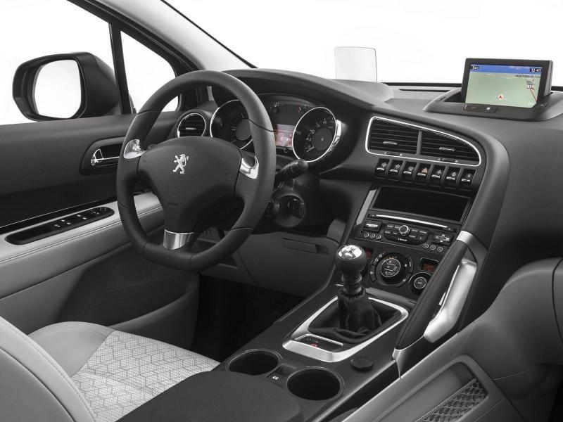 Белый салон, руль, консоль Peugeot 3008 2014