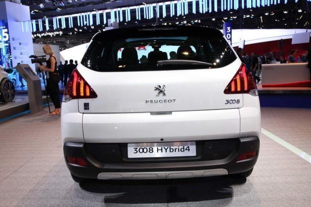 Белый кроссовер Peugeot 3008 2014 вид сзади