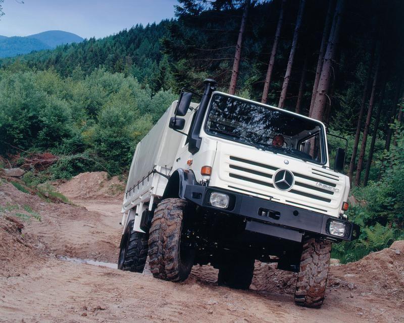 Белый Mercedes Unimog, вид спереди