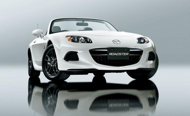 Белый Mazda MX-5 2013 вид спереди