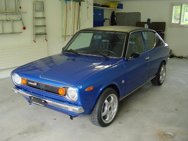 Синий хэтчбек Datsun Cherry вид спереди