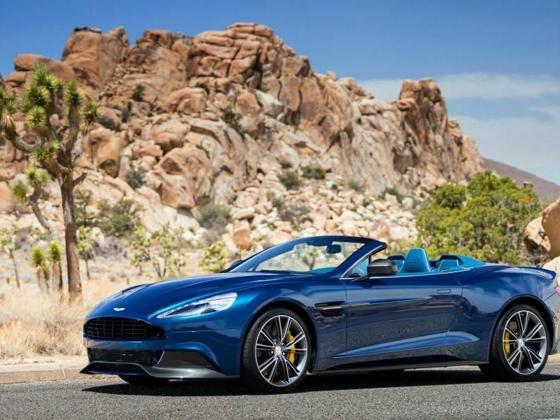Синий Aston Martin Vanquish Volante 2014 вид сбоку