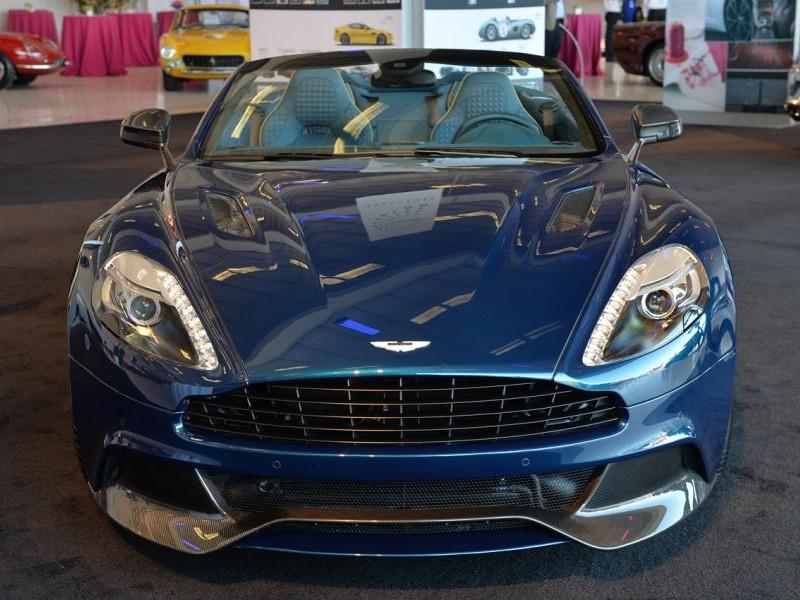 Синий Aston Martin Vanquish Volante 2014 вид спереди