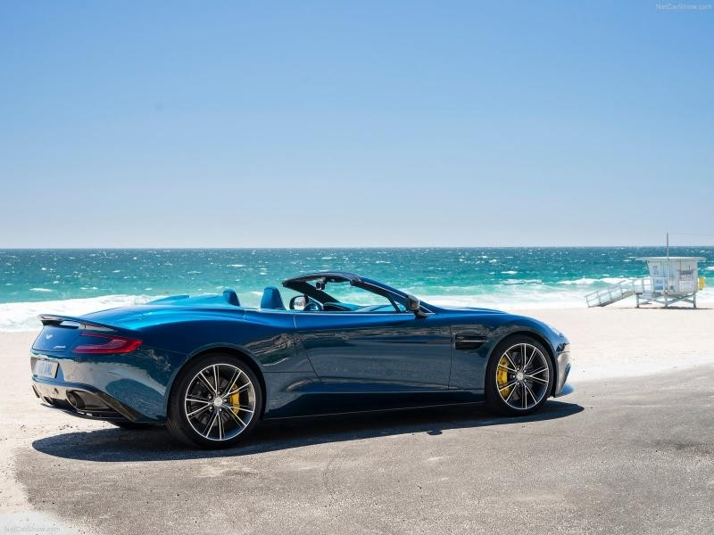 Синий кабриолет Aston Martin Vanquish Volante 2014 вид сбоку