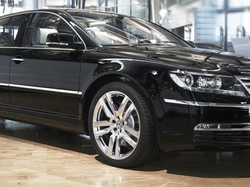 Черный седан Volkswagen Phaeton 2014