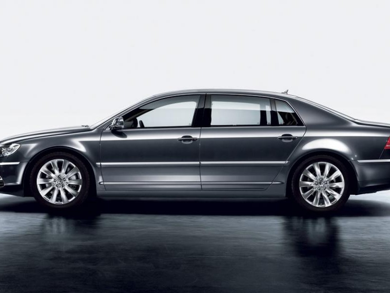 Серебристый седан Volkswagen Phaeton 2014 вид сбоку