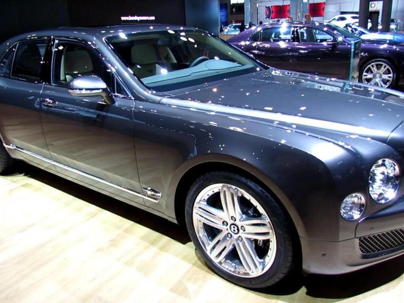 Серебристый седан Bentley Mulsanne 2014, вид сбоку