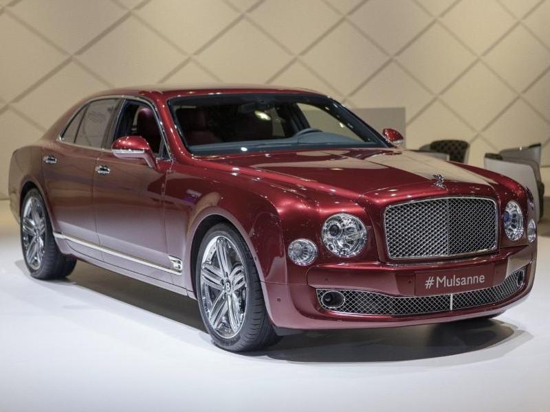 Красный седан Bentley Mulsanne 2014 вид спереди