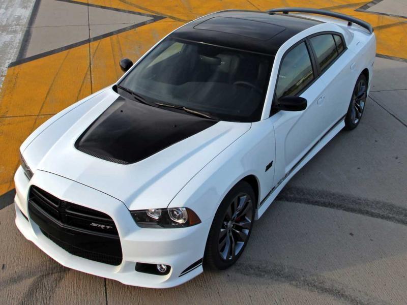 Белый седан Dodge Charger 2014