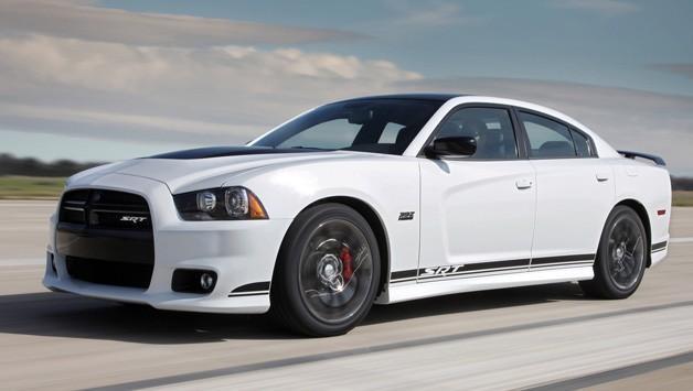 Белый Dodge Charger 2014
