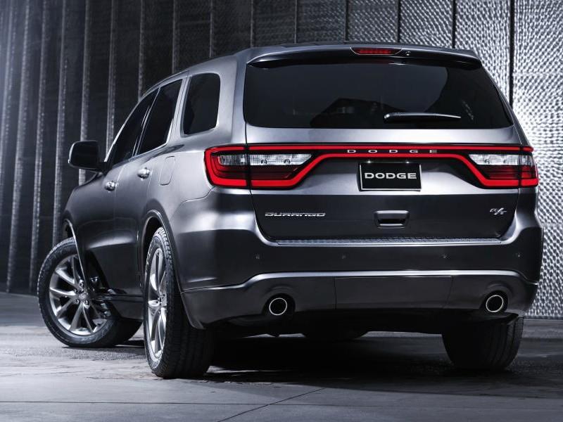 Серебристый кроссовер Dodge Durango 2014 вид сзади
