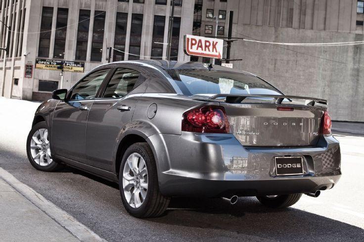 Серебристый Dodge Avenger 2014 вид сзади
