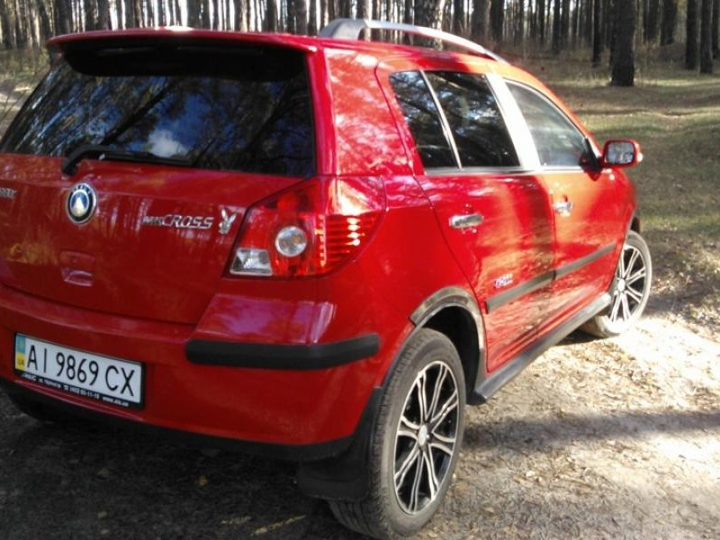 Красный Geely MK Cross 2014 вид сзади