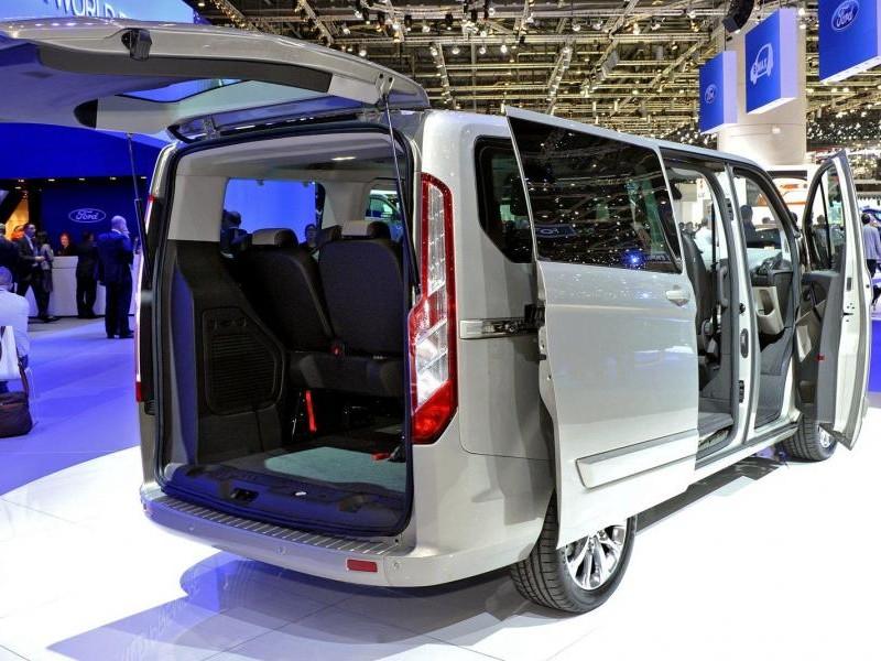 Серебристый Ford Tourneo Custom 2014 вид сзади