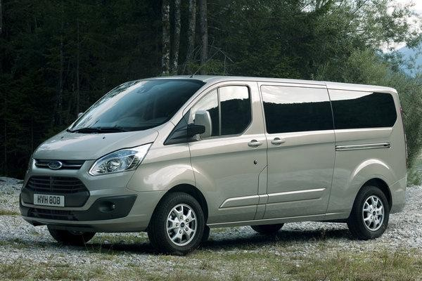 Серебристый Ford Tourneo Custom 2014 вид сбоку