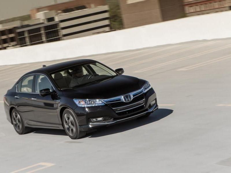 Черный седан Honda Accord 2014