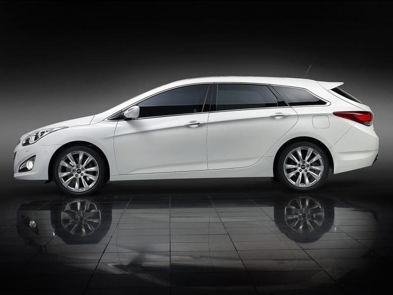 Белый универсал Hyundai i40 вид сбоку