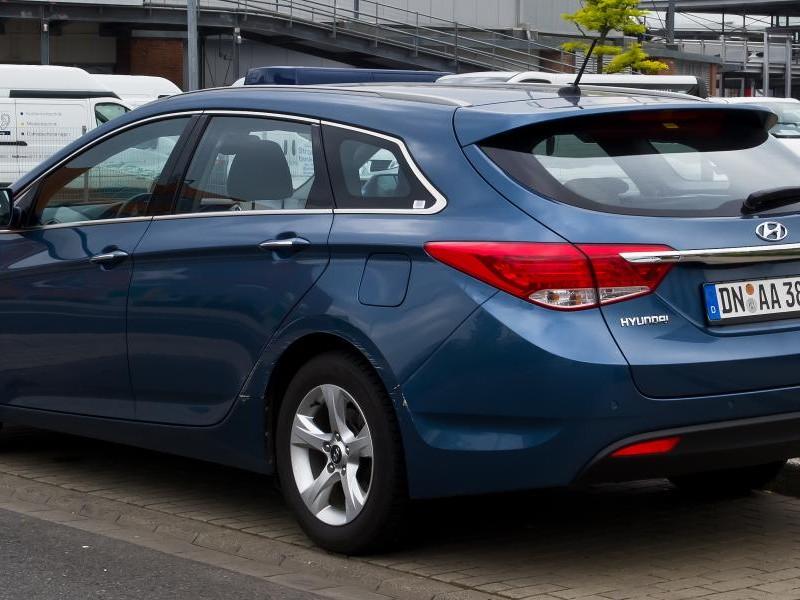 Синий универсал Hyundai i40 2014 вид сзади