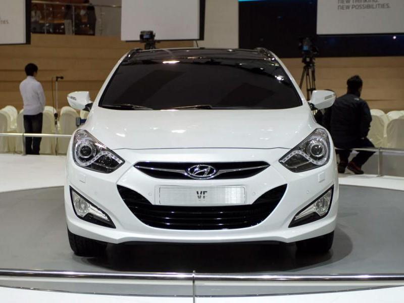 Белый универсал Hyundai i40, вид спереди