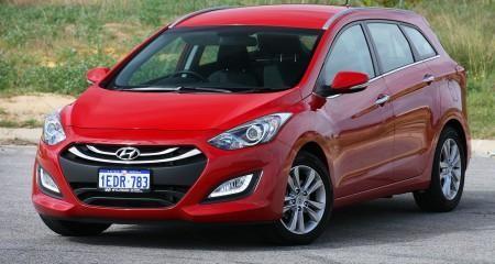 Красный Hyundai I30 универсал вид спереди