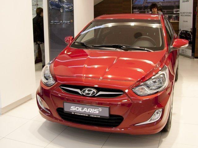 Красный Hyundai Solaris 2014, хэтчбек вид спереди