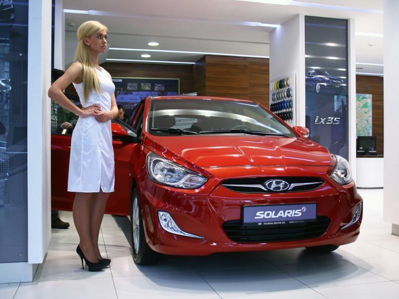 Красный хэтчбек Hyundai Solaris 2014 вид спереди