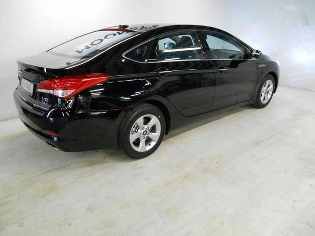 Черный седан Hyundai i40 2014