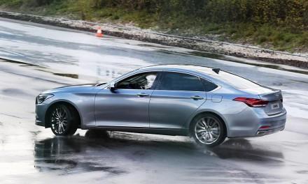 Серебристый Hyundai Genesis 2014 вид сбоку
