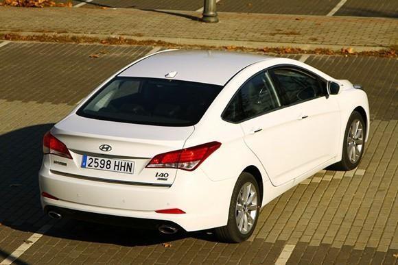 Белый седан Hyundai I40 2014 вид сзади