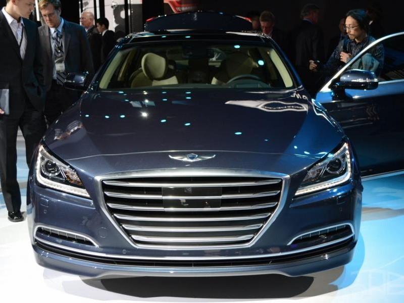 Серебристый Hyundai Genesis 2014 вид спереди, презентация