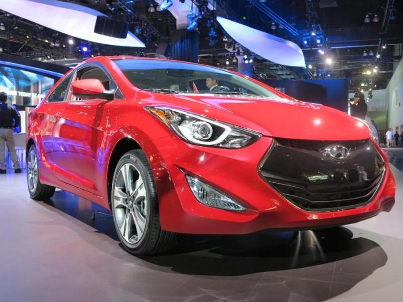 Красный Hyundai Elantra 2014 вид спереди