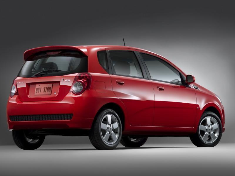 Красный хэтчбек Pontiac G3 вид сбоку