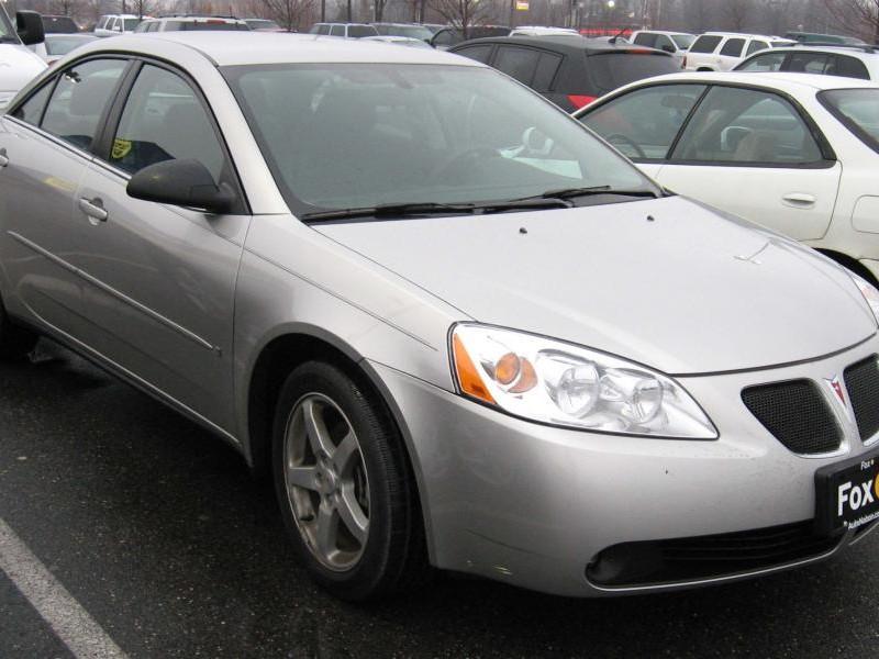 Серебристый седан Pontiac G6