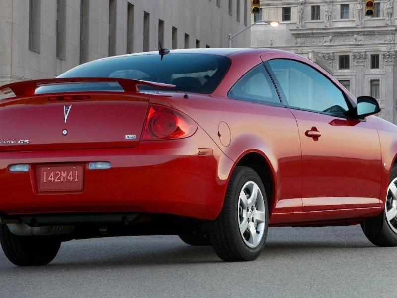 Красный купе Pontiac G5 вид сзади