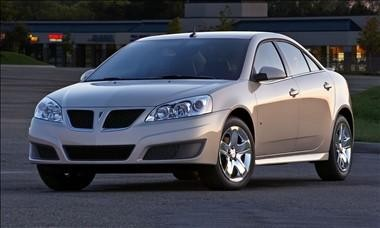 Серебристый седан Pontiac G6 вид спереди