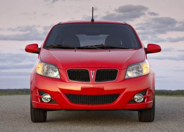 Красный хэтчбек Pontiac G3 вид спереди