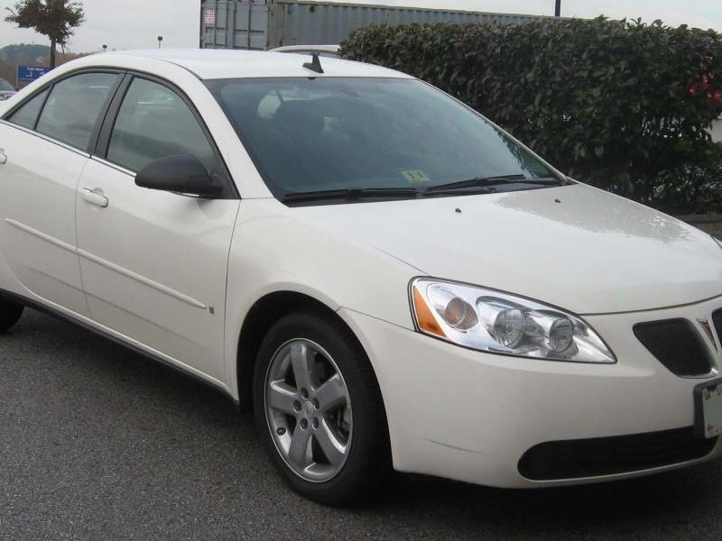 Белый седан Pontiac G6