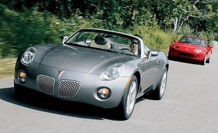 Серебристый Pontiac Soltice вид спереди