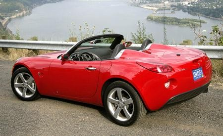 Красный кабриолет Pontiac Soltice вид сбоку