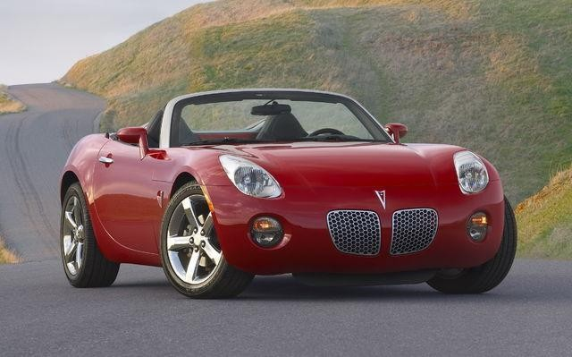 Красный кабриолет Pontiac Soltice вид спереди