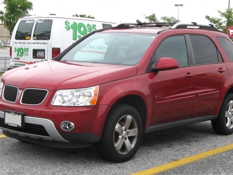 Красный кроссовер Pontiac Torrent 2009
