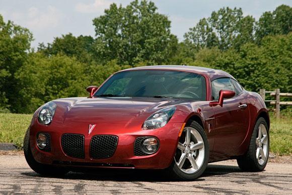 Красный купе Pontiac Soltice вид спереди
