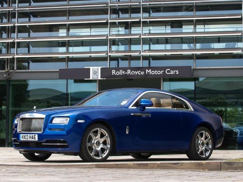 Синий Rolls-Royce Wraith вид сбоку