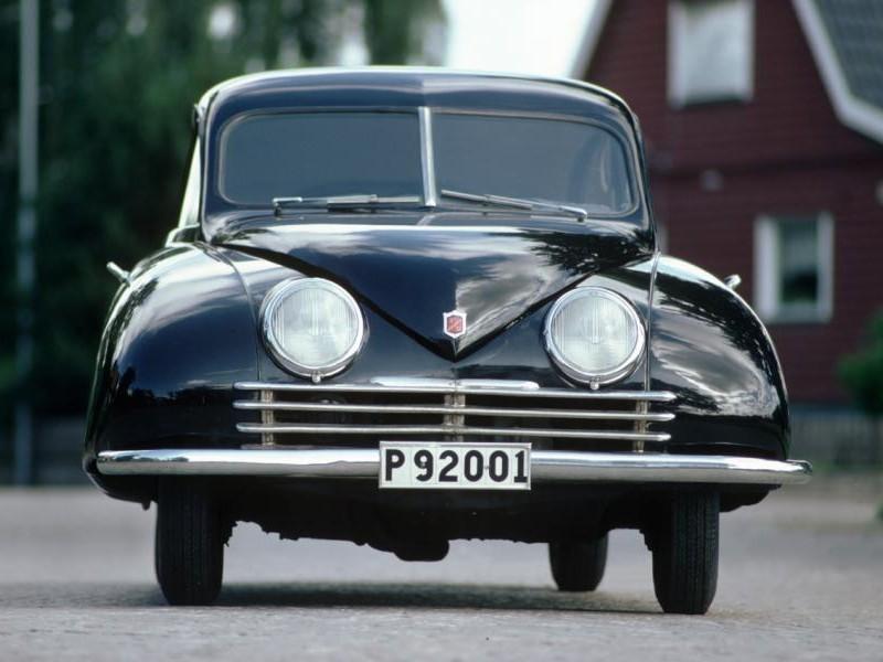 Черный Saab 92 вид спереди