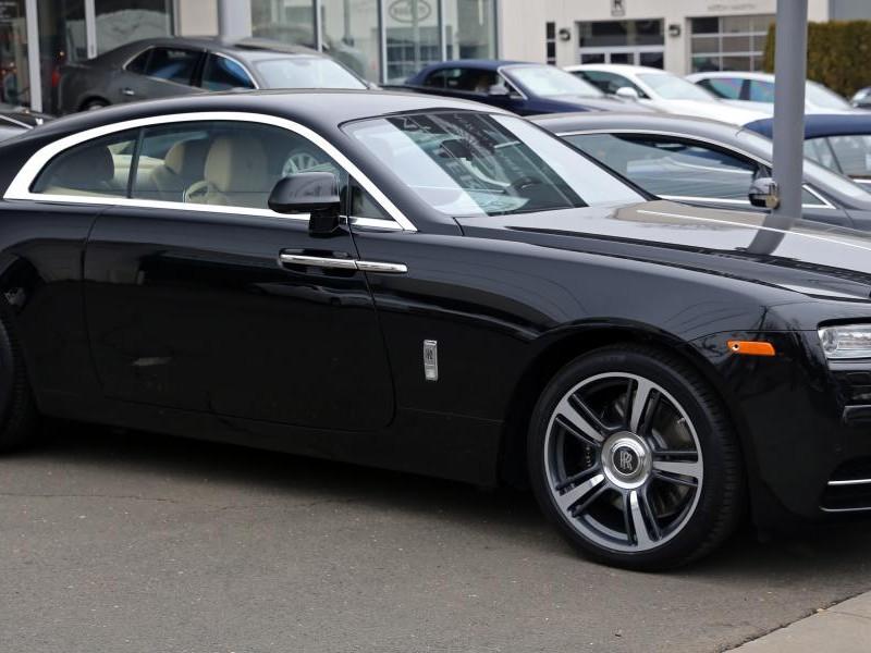 Черный Rolls-Royce Wraith вид сбоку