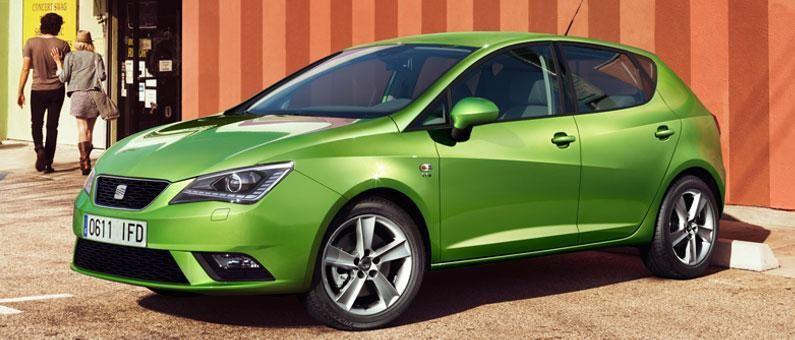 Зеленый хэтчбек Seat Ibiza 2014, вид сбоку
