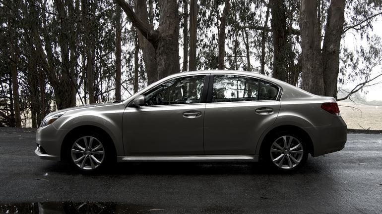 Серебристый Subaru Legacy 2014 вид сбоку